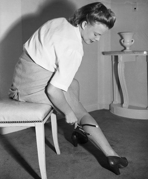 Женщины рисуют чулки на ногах, 1942 год, США